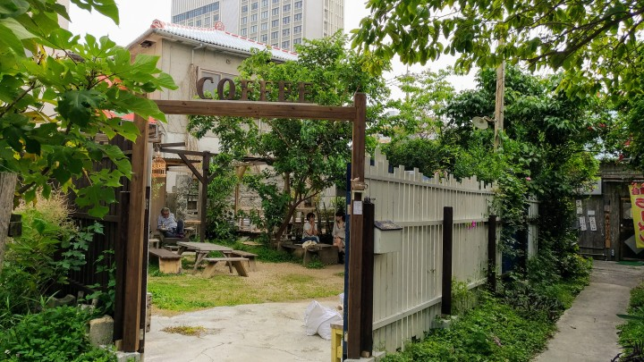 【沖繩咖啡館推薦】大隱於市的露天庭園咖啡~Coffee Shack Hibariya雲雀咖啡