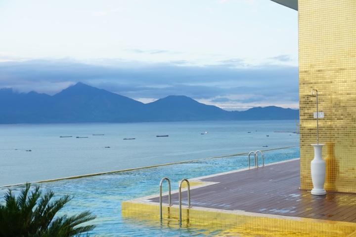 【越南峴港旅館推薦】傻傻不識貨的我 ~ 豪而不土的 Danang Golden Bay高空無邊際泳池新旅館,不貴耶!